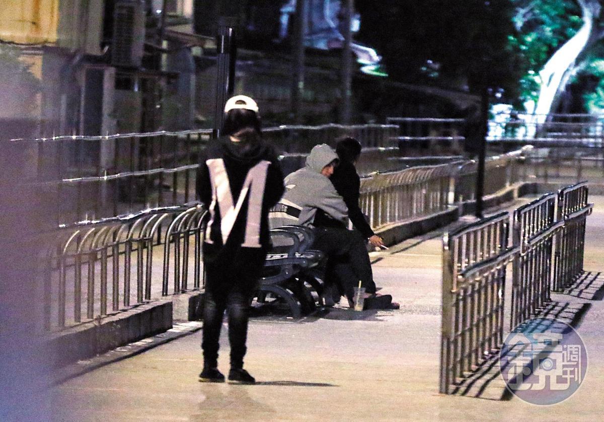 21:08 林柏叡跟王淨在公園內部抽菸,這姿勢換男方從後摟抱女生。