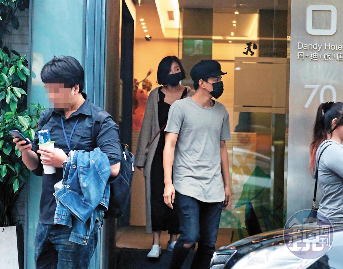 2018年3月27日,王淨(左)與林柏睿被本刊拍到上摩鐵休息。