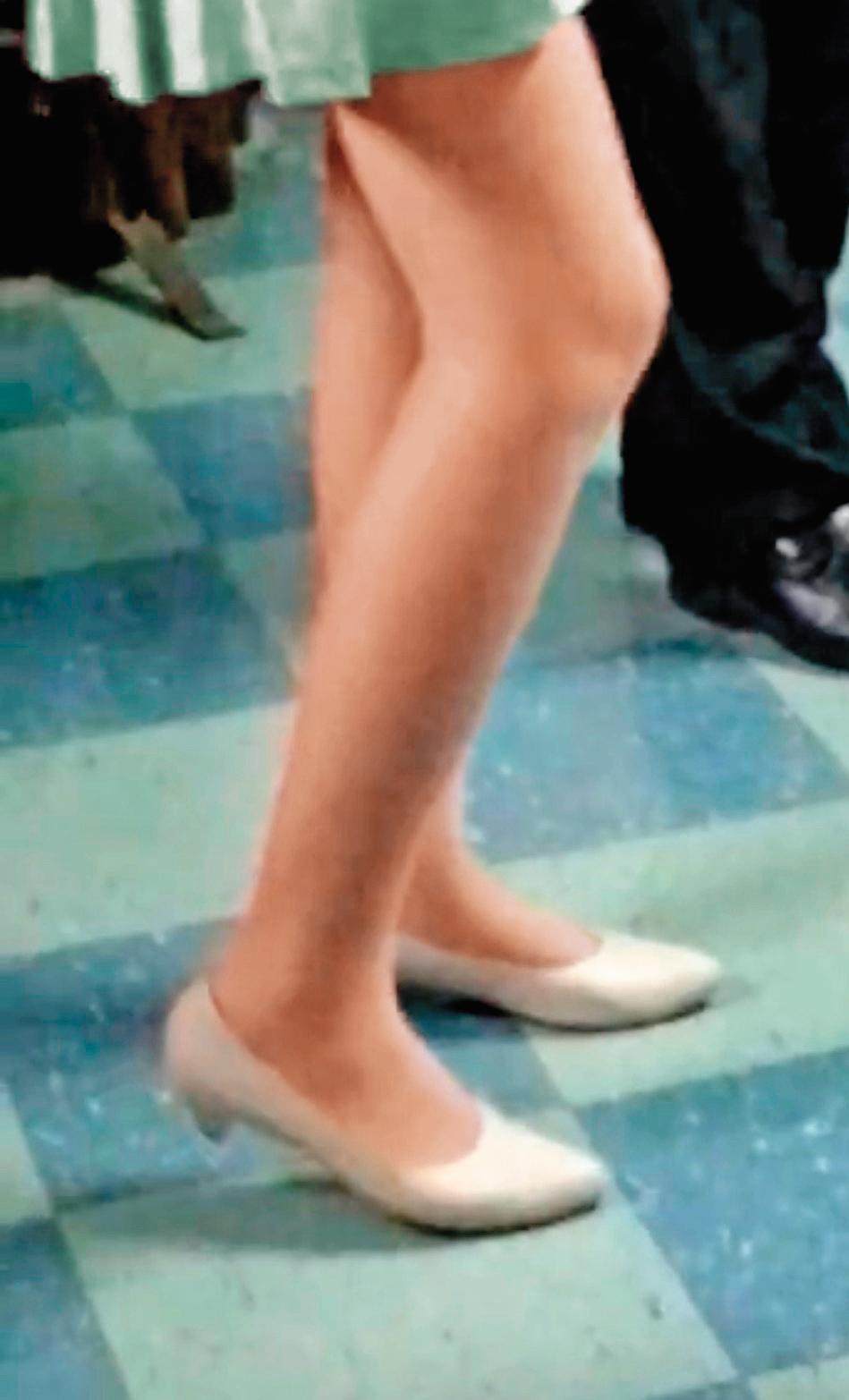 黃姓公務員見正妹白皙修長大腿就「凍抹條」,經常埋伏在後偷拍。(為保護被害人,圖片已變色處理)