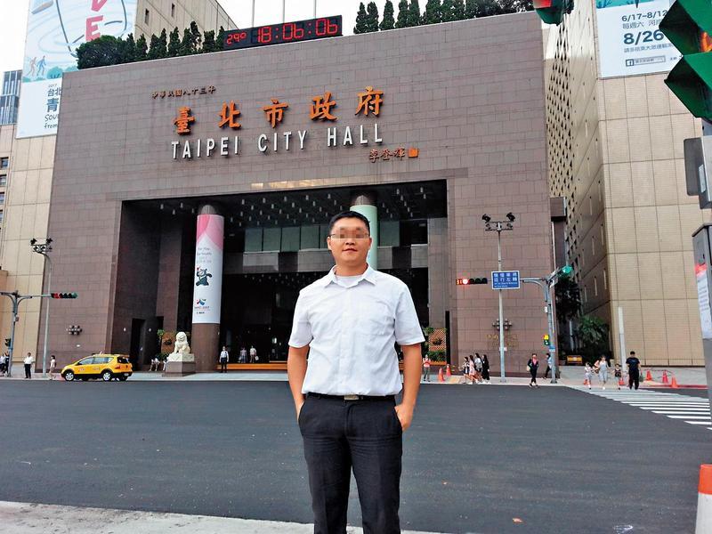 台北市政府出現偷拍狂魔,1名在教師研習中心任職的黃姓公務員迷戀正妹美腿成癡,恐千人被害。(翻攝自臉書)