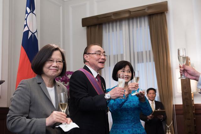 前國防部長馮世寬今天獲總統蔡英文頒授「一等景星勳章」。(總統府提供)