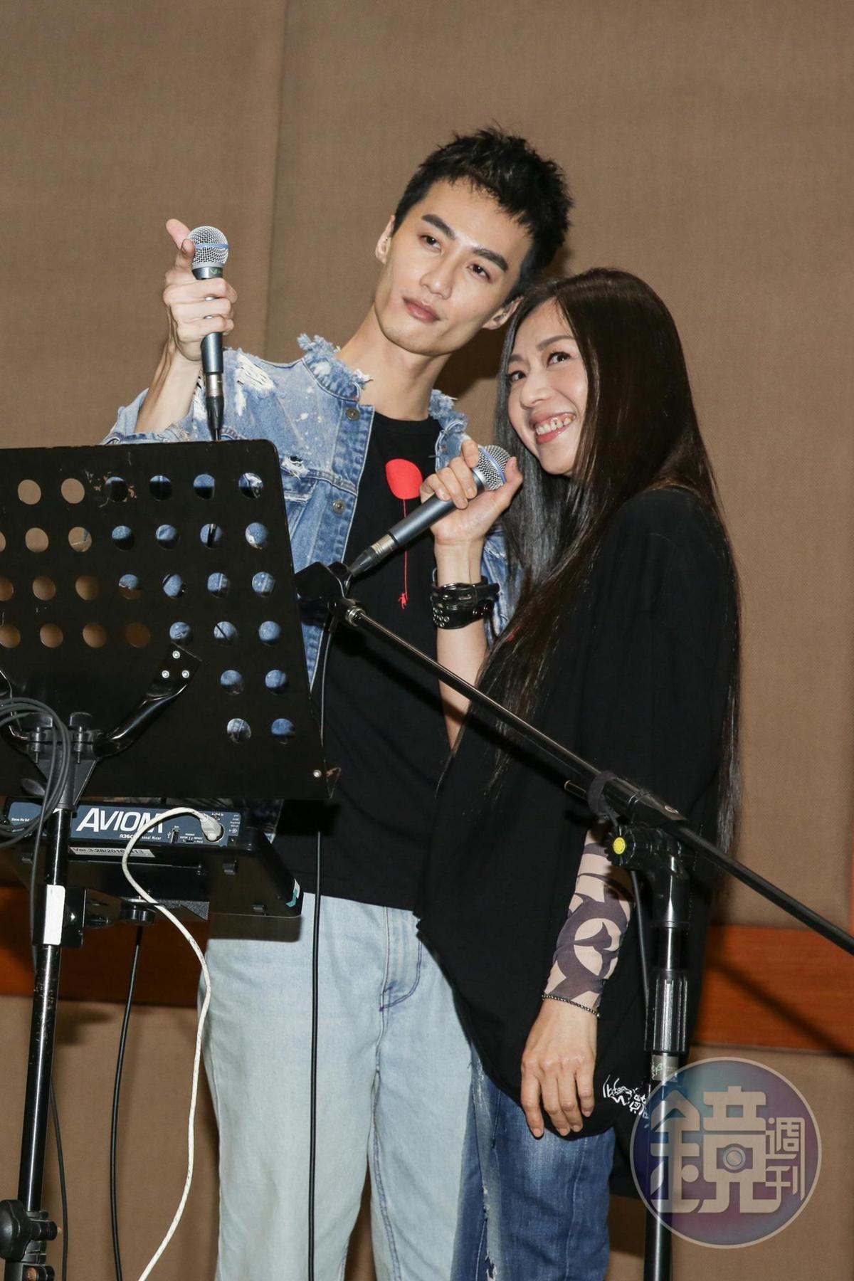 〈愛情限時批〉原是萬芳與伍佰合唱的經典,她笑說之前是跟「哥哥」合唱,這次則是找來「弟弟」李英宏對唱。