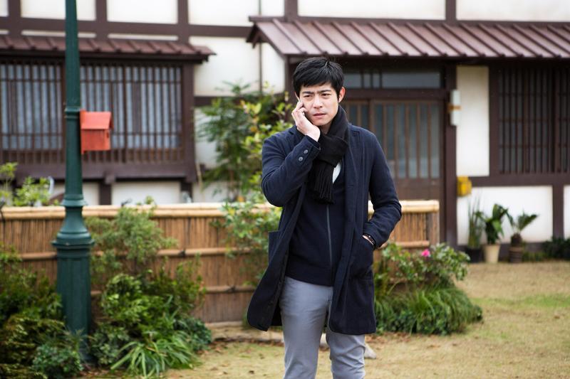 王柏傑在《盛情款待》飾演留洋的富二代Jacky,不瞭解留日的爸爸在想什麼,只覺得被迫管理在京都的老旅館很麻煩,讓他一出場就惹人討厭。(華映娛樂)