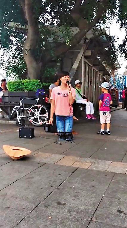 「淡水小周蕙」馮建霞因激似本尊的表演而一夕爆紅,卻被查出她是賣藝行乞集團首腦。