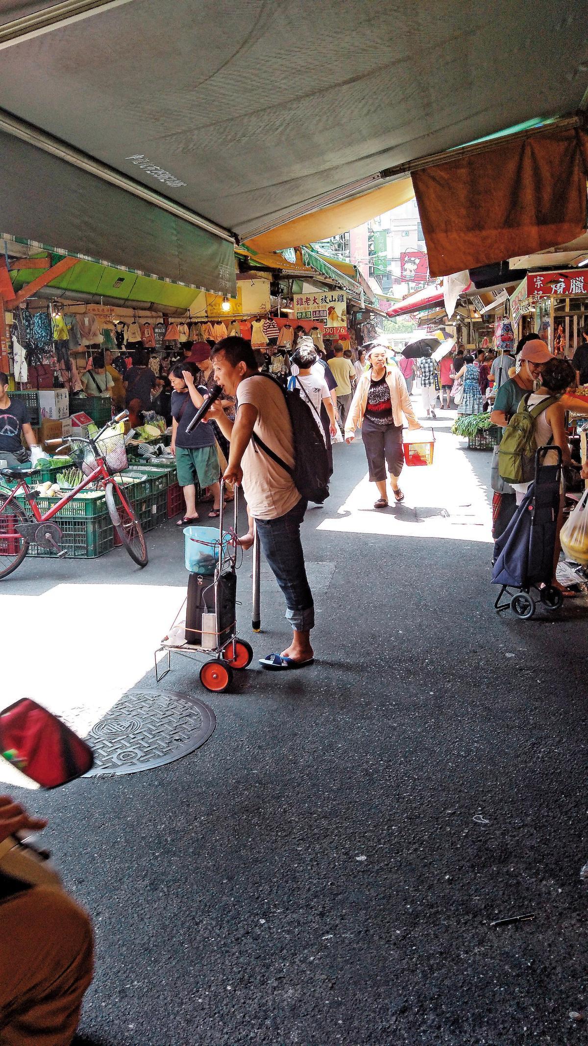 這些身障者多半賣唱吸引注意,可憐模樣博取台灣民眾同情,每日收入驚人。