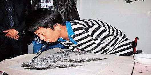 馮女組織的行乞賣藝團成員竟大有來頭,連屢登上中國媒體的「自強模範」口足畫家胡遠月(圖)都是團員。