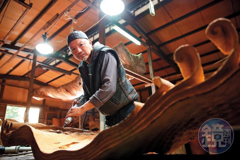 梁平正醉心於木雕��作,但他的前半生曾����^建商,也曾睡公�@四�流浪。