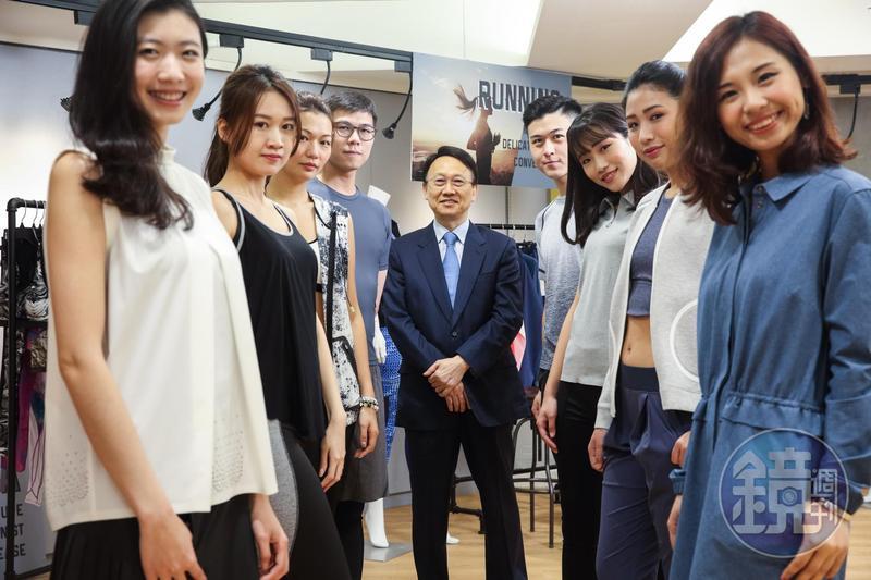 1990年,周理平(中)與十幾位同事創立聚陽,近年則積極發展智慧衣市場。