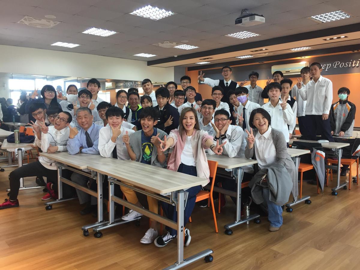 食尚三咖還到高中當一日教師。(TVBS提供)