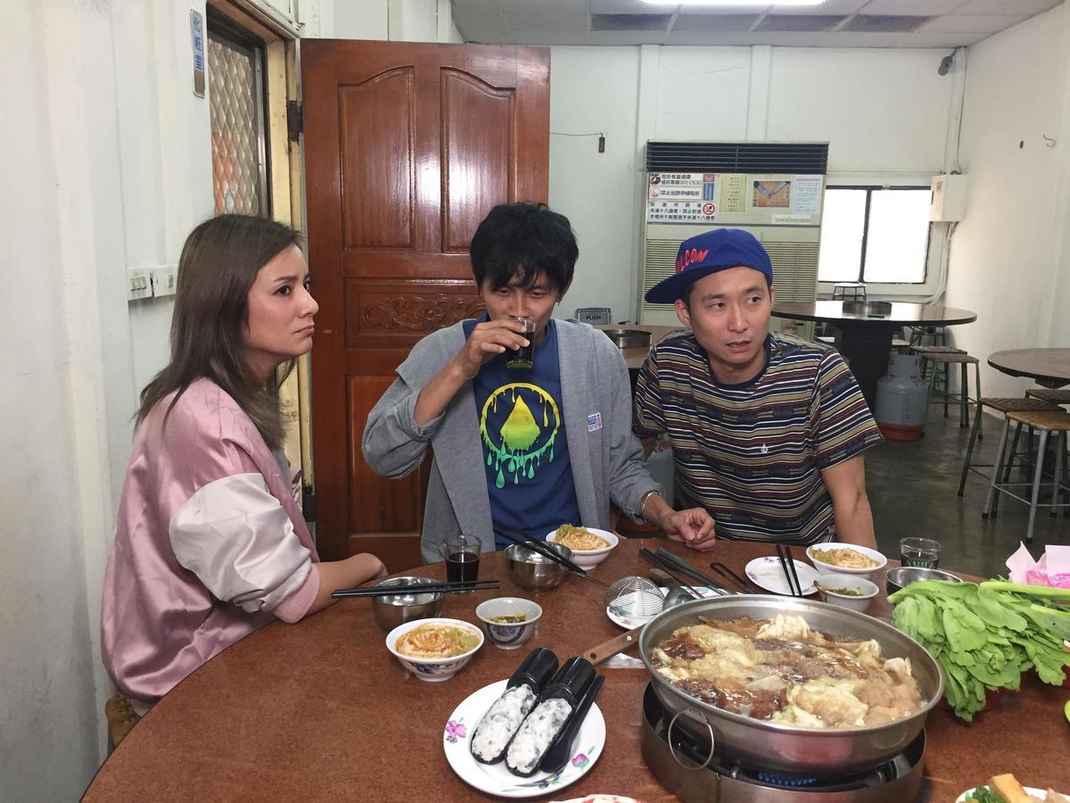 浩子帶隊嗑下家鄉味牛肉爐。(TVBS提供)