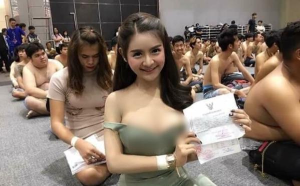 昨日泰國東北部徵兵中心出現一名身材火辣、胸器呼之欲出的妙齡女子。(翻攝自taharnkla)