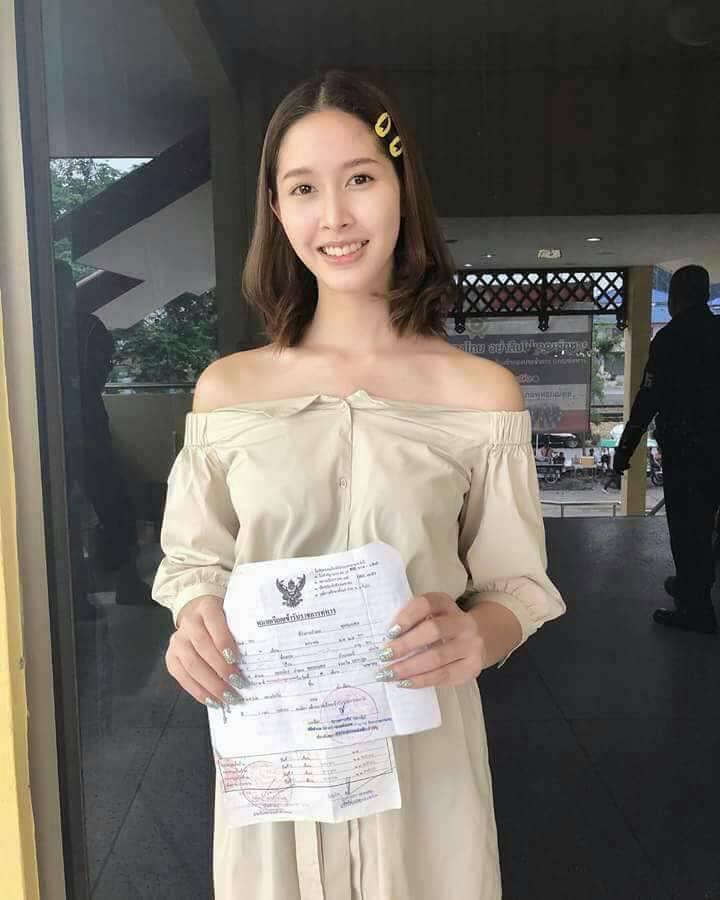 每逢4月泰國徵兵現場能看到不少美女置身於隊伍中。(翻攝自網路)