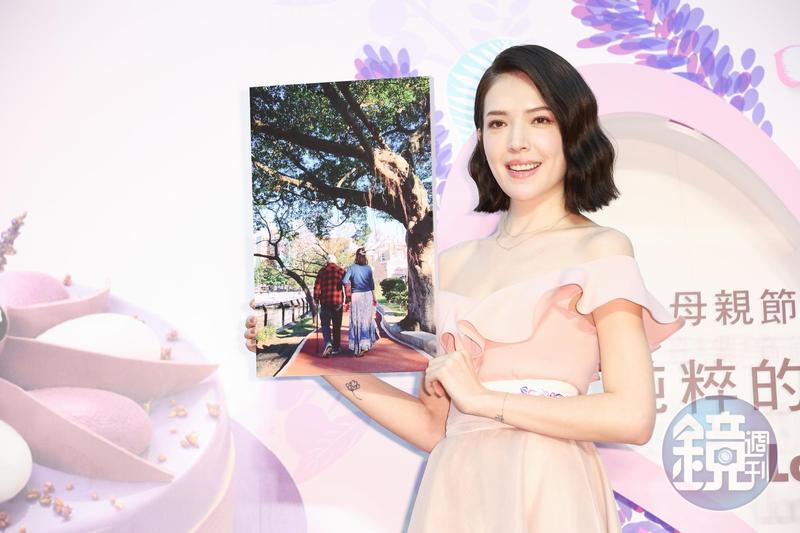 許瑋甯與大家分享她的媽媽與外公散步的溫馨天倫照片,與家人相聚是她最珍惜的時刻。