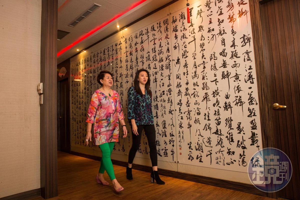 一樓包廂走廊壁面的大幅書法字,是名家張炳煌所寫。