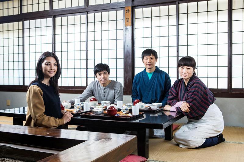 田中麗奈(左起)、王柏傑、姚淳耀、余貴美子在電影《盛情款待》裡為一棟古老溫泉旅館的翻新努力。(華映提供)