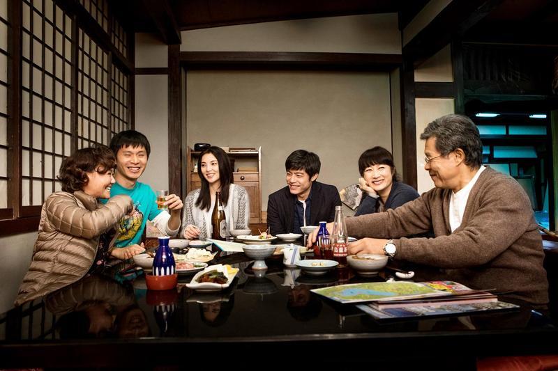 電影《盛情款待》由楊烈(左起)、余貴美子、王柏傑、田中麗奈、姚淳耀與呂雪鳳等台日演員共同演出。(華映提供)
