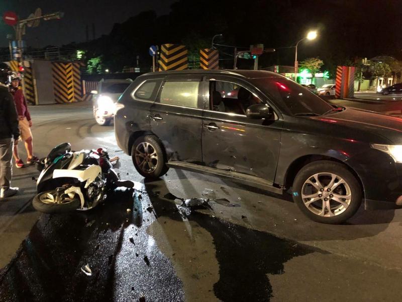 王姓男子騎機車行經研究院路,與余姓女子駕駛的自小客車發生碰撞。(南港分局提供)