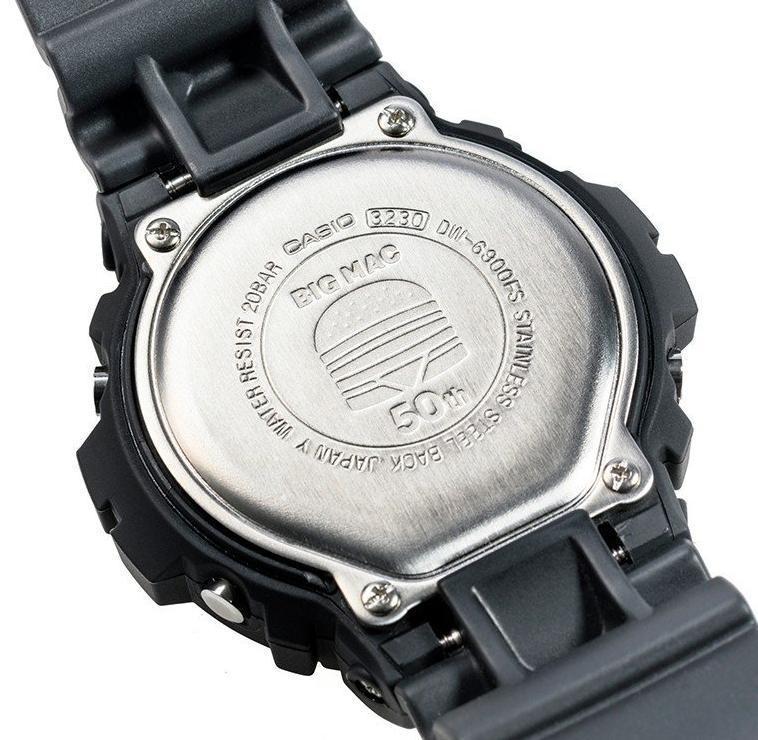 錶底蓋刻著「BIG MAC 50」的紀念字樣。(翻攝自日本樂天官網)