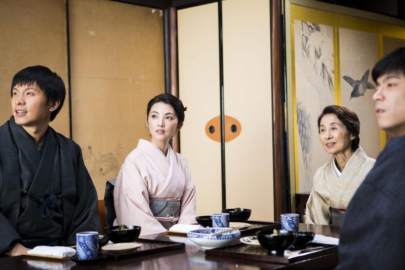 香川京子 (右二)在《盛情款待》裡飾演傳統京都旅館的女將,是全片亮點之一。(華映提供)
