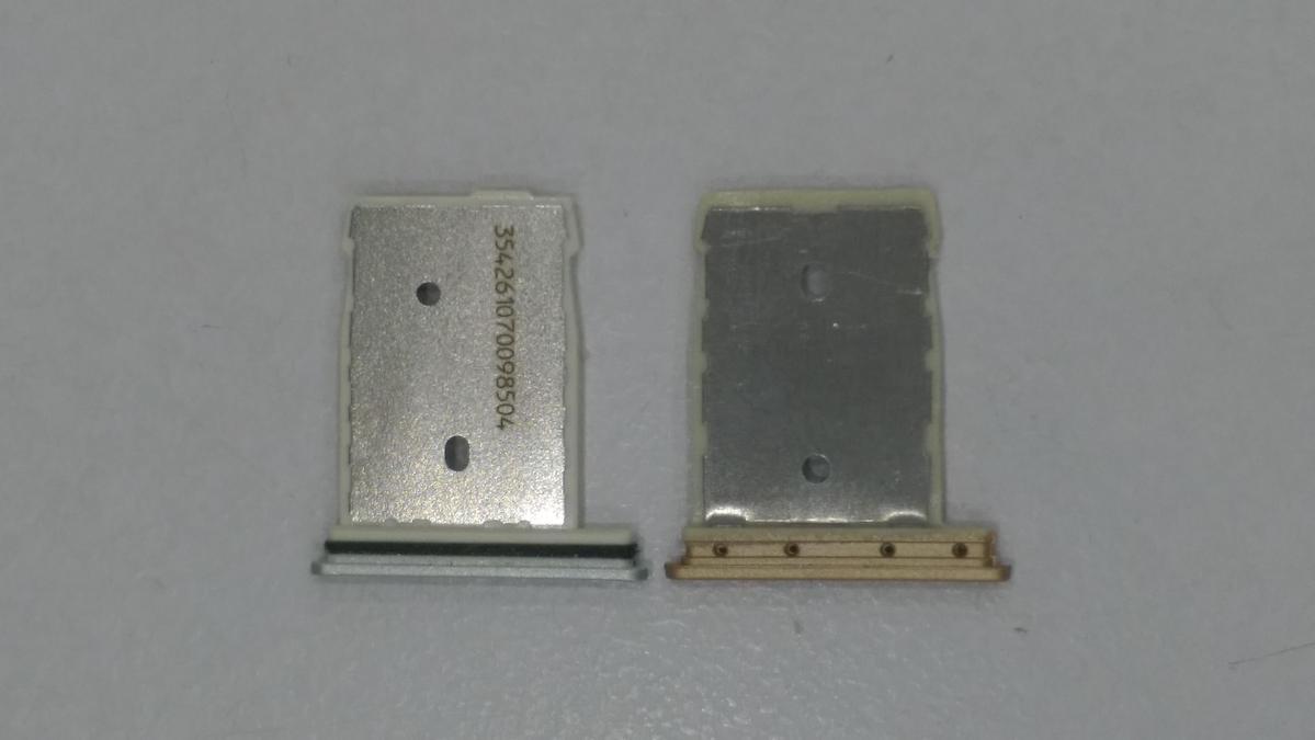 正品的SIM卡槽有密碼,且質感較佳,假貨(右)的SIM卡槽無密碼,且質感粗糙。(民眾提供)