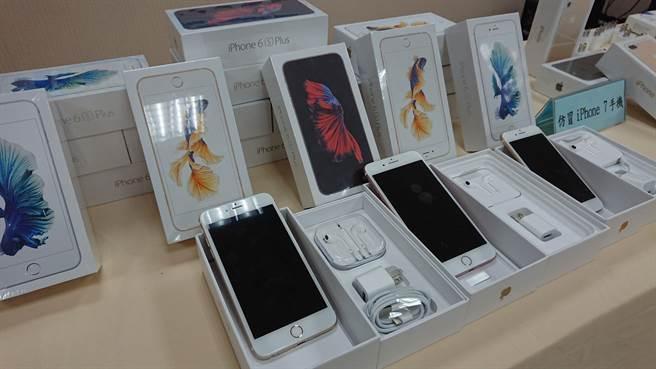 保二總隊查獲不肖廠商販售假手機。(警方提供)