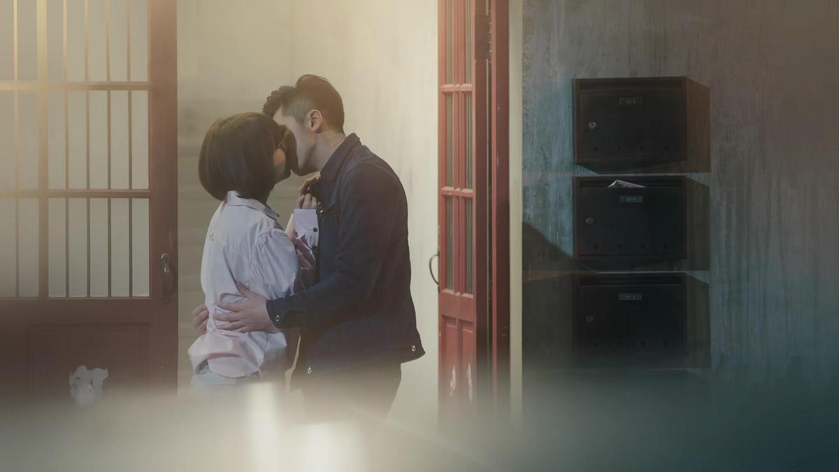 這甜蜜一吻,是戲中李國毅的幻想。(歐銻銻娛樂提供)