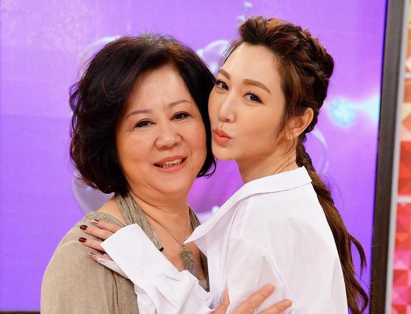 孝順的曾莞婷經常帶媽媽出國旅遊,母女感情極好。(衛視中文台提供)