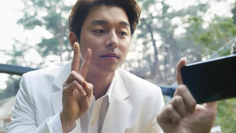 男神孔劉在ASUS ZenFone 5手機廣告裡比YA賣萌。(翻攝自影片)