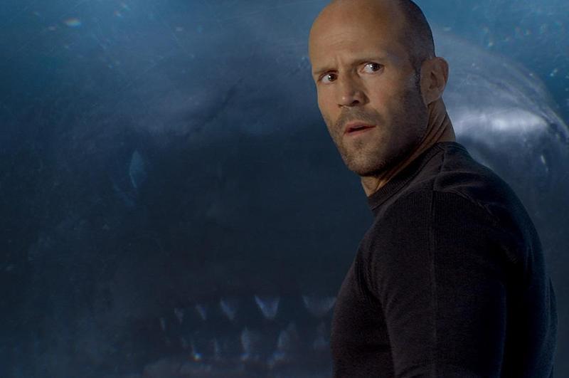 打遍陸地無敵手的傑森史塔森,在《巨齒鯊》潛入海底對決深海巨鯊。(華納兄弟)