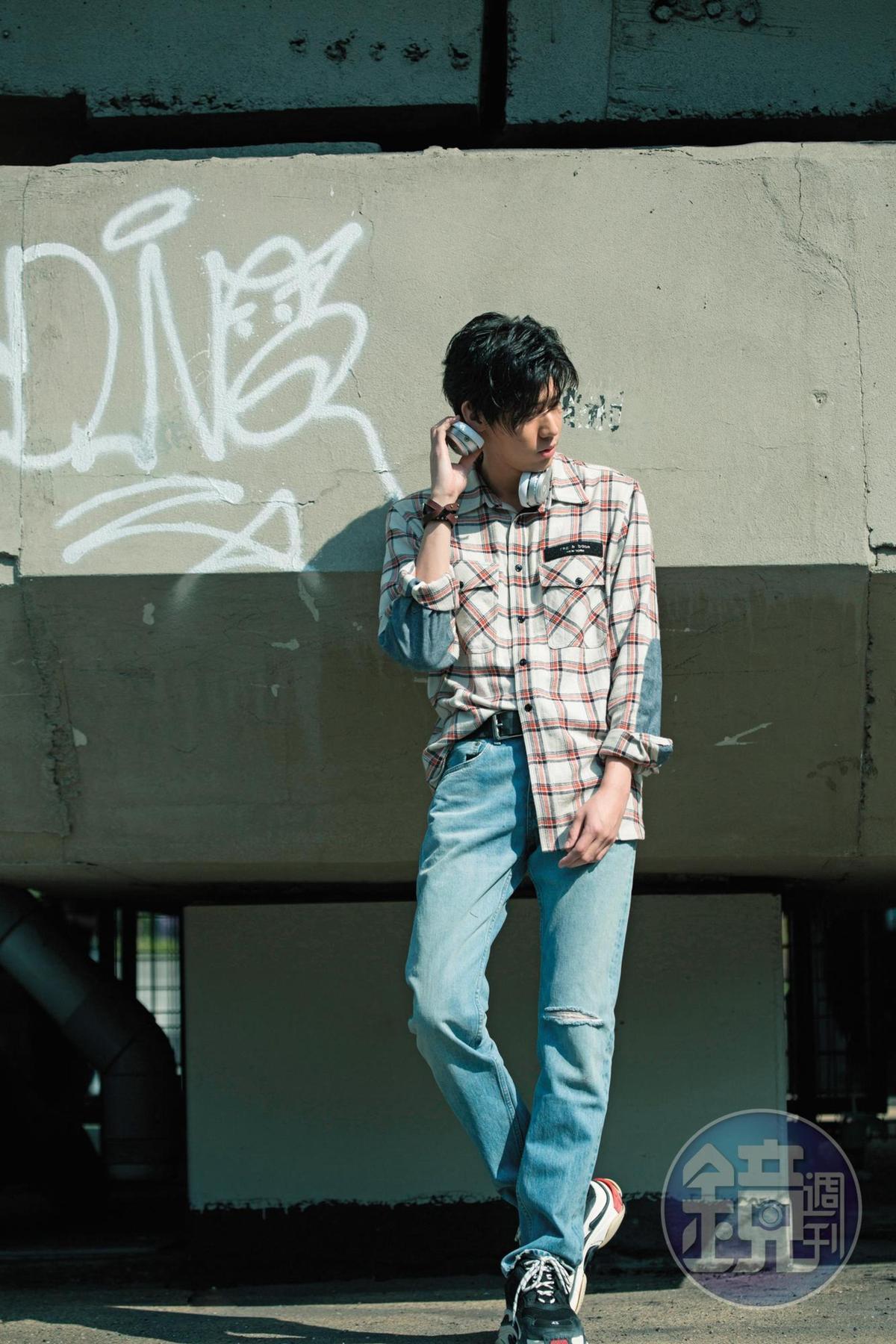 rag&bone格紋拼接丹寧Jack長袖襯衫,NT$16,000;rag&bone淺藍色水洗刷色破損直筒丹寧褲,NT$11,500;BALENCIAGA Triple S老爹鞋,約NT$23,000。