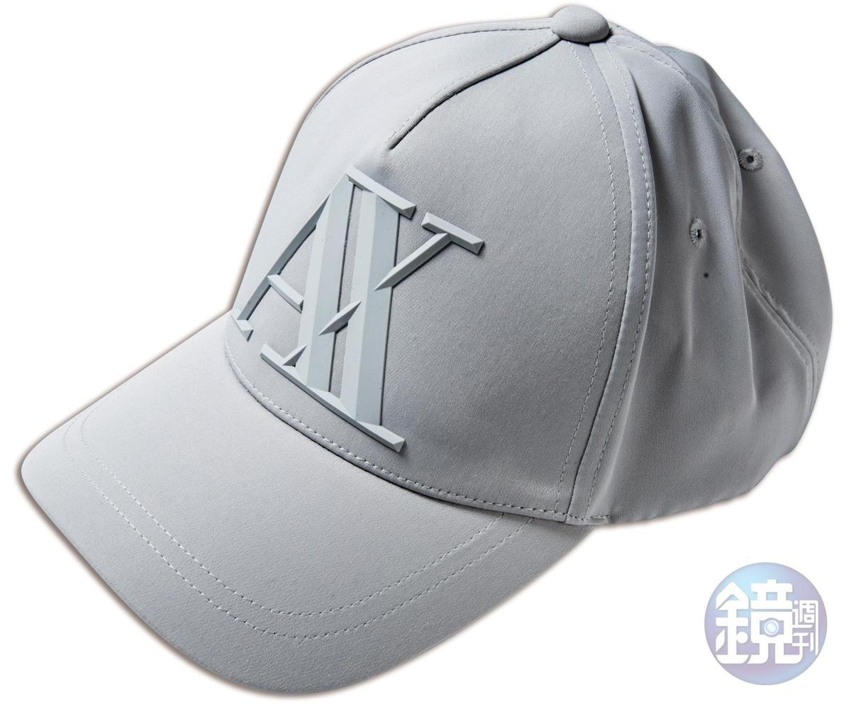Armani Exchange淺灰色浮凸logo棒球帽,NT$2,590。