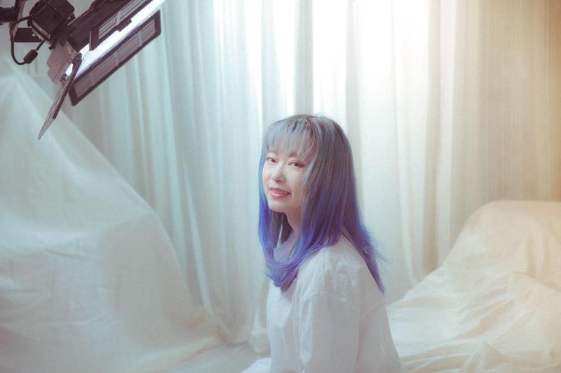 顏力妃拍攝MV,回憶起家庭往事。(豐華唱片提供)