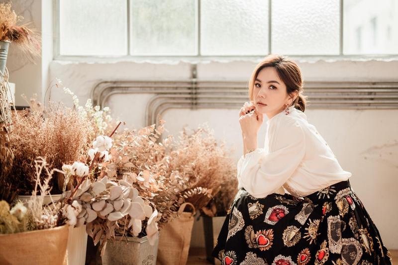Ella陳嘉樺為愛情喜劇《脫單告急》獻唱主題曲《終於愛情》。(華研提供)