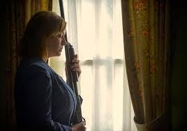 克莉絲汀娜在電影《暗處》同樣飾演媽媽,卻慘遭殺害,這對巨乳是不是讓人有點出戲?(網路圖片)