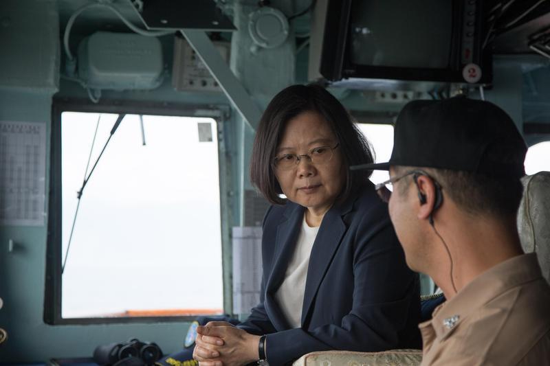 蔡總統在上午9時30分登上基隆艦,親赴海軍蘇澳基地。(軍聞社提供)