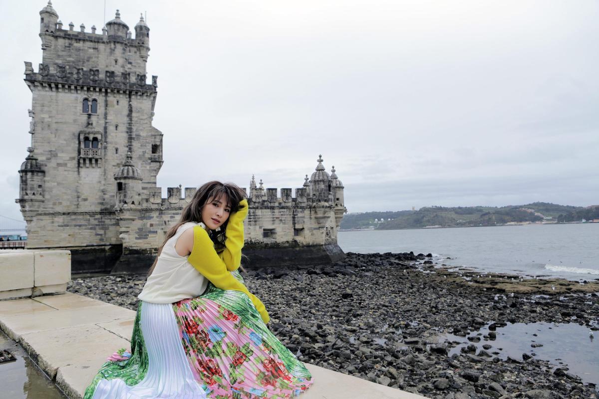 梁文音為了新專輯前往里斯本取景,穿著高跟鞋入鏡,將當地美景盡收眼底。