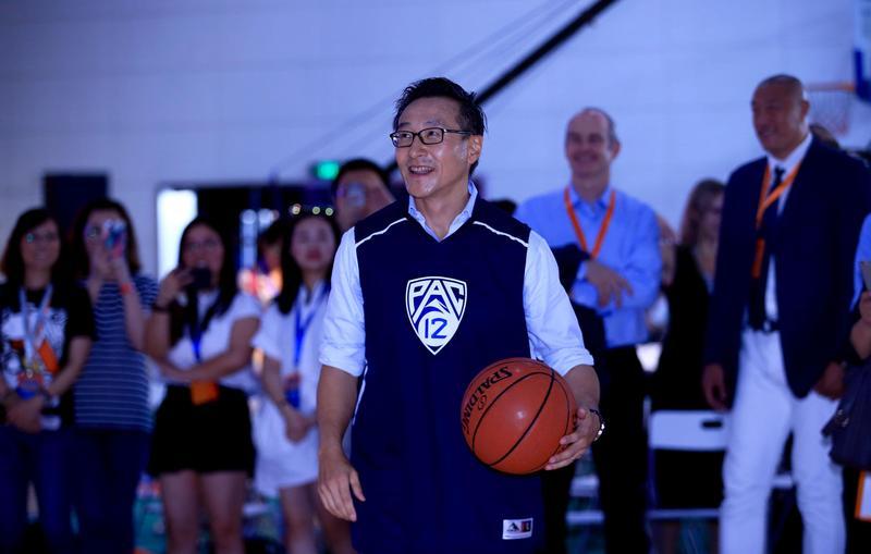 阿里巴巴執行副主席蔡崇信(前)將成為林書豪的老闆。(東方IC)