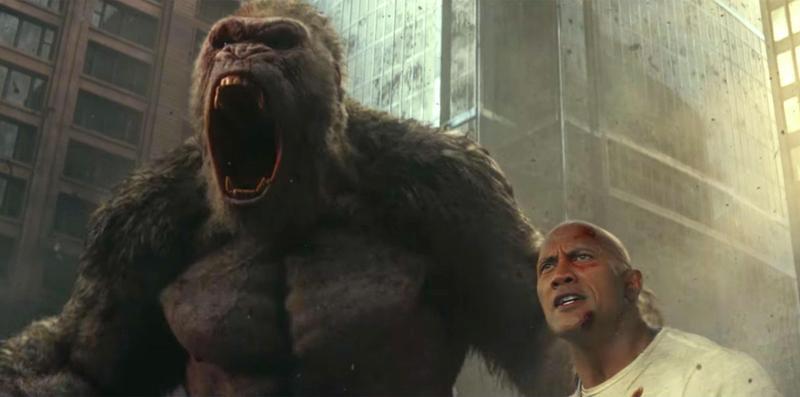 大猩猩因實驗血清出錯變成體型龐大、破壞力極強的巨獸,一路照料牠長大的動物學家要在牠被擊斃前找出解藥。(網路圖片)