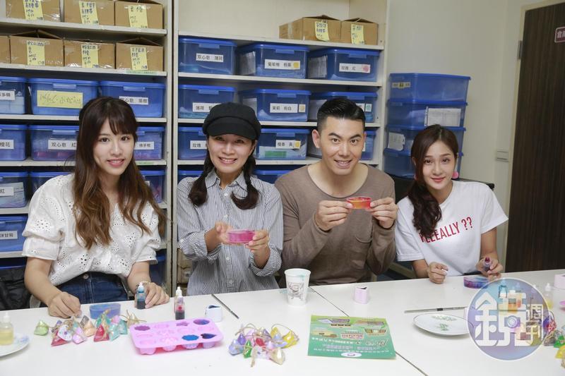 方文琳(左2)、余秉諺(右2)、于齊優(左1)及邱子芯一起為公益做手工香皂。