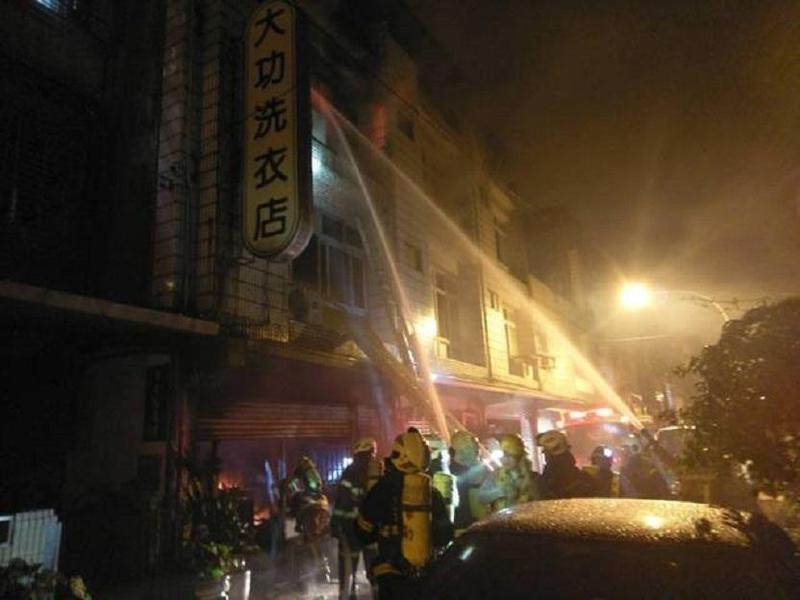 火勢延燒三樓,消防局往上拼命噴水灌救。(消防局提供)