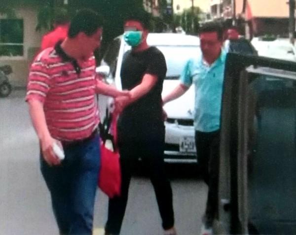 林姓大學生(圖中)於草屯被捕,他宣稱是「義務」幫朋友的忙。(警方提供)