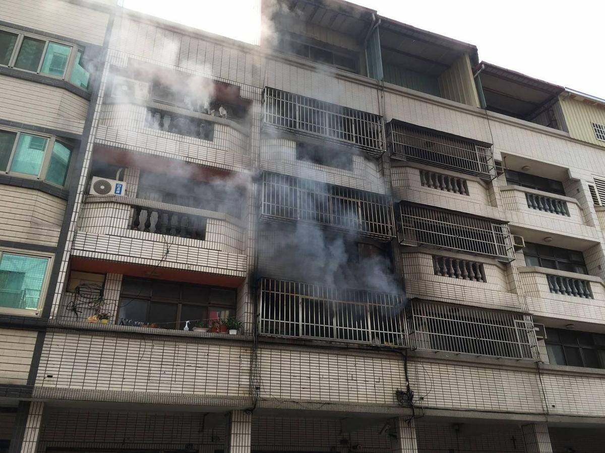 濃煙從二樓散出,整棟透天厝都燻黑了。(消防局提供)