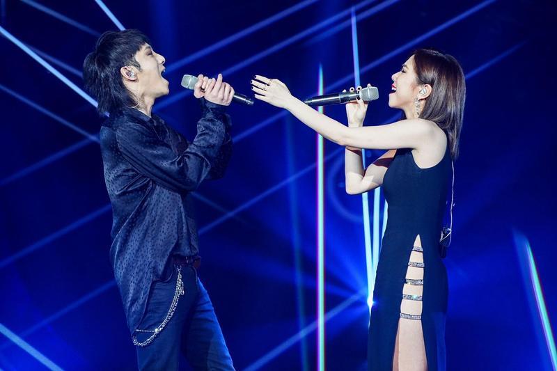華晨宇與鄧紫棋合唱改編版的歌曲《光年之外》,並以高衩禮服性感現身。(蜂鳥音樂提供)