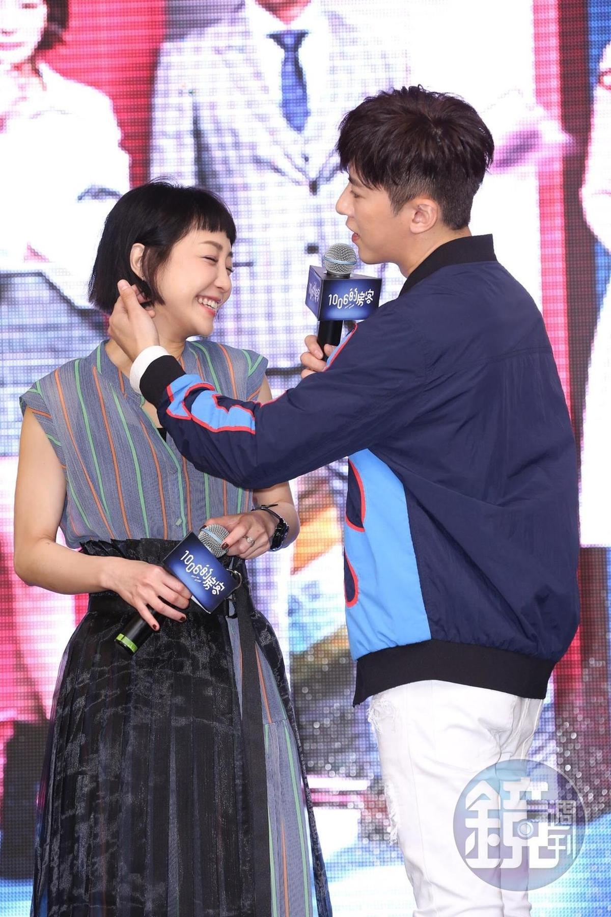 李國毅現場表演撩妹手法,順勢替謝欣穎撥弄頭髮,展現男性魅力。