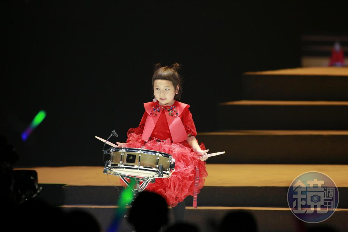 超萌網紅胖球在萬芳演唱會現身打鼓。