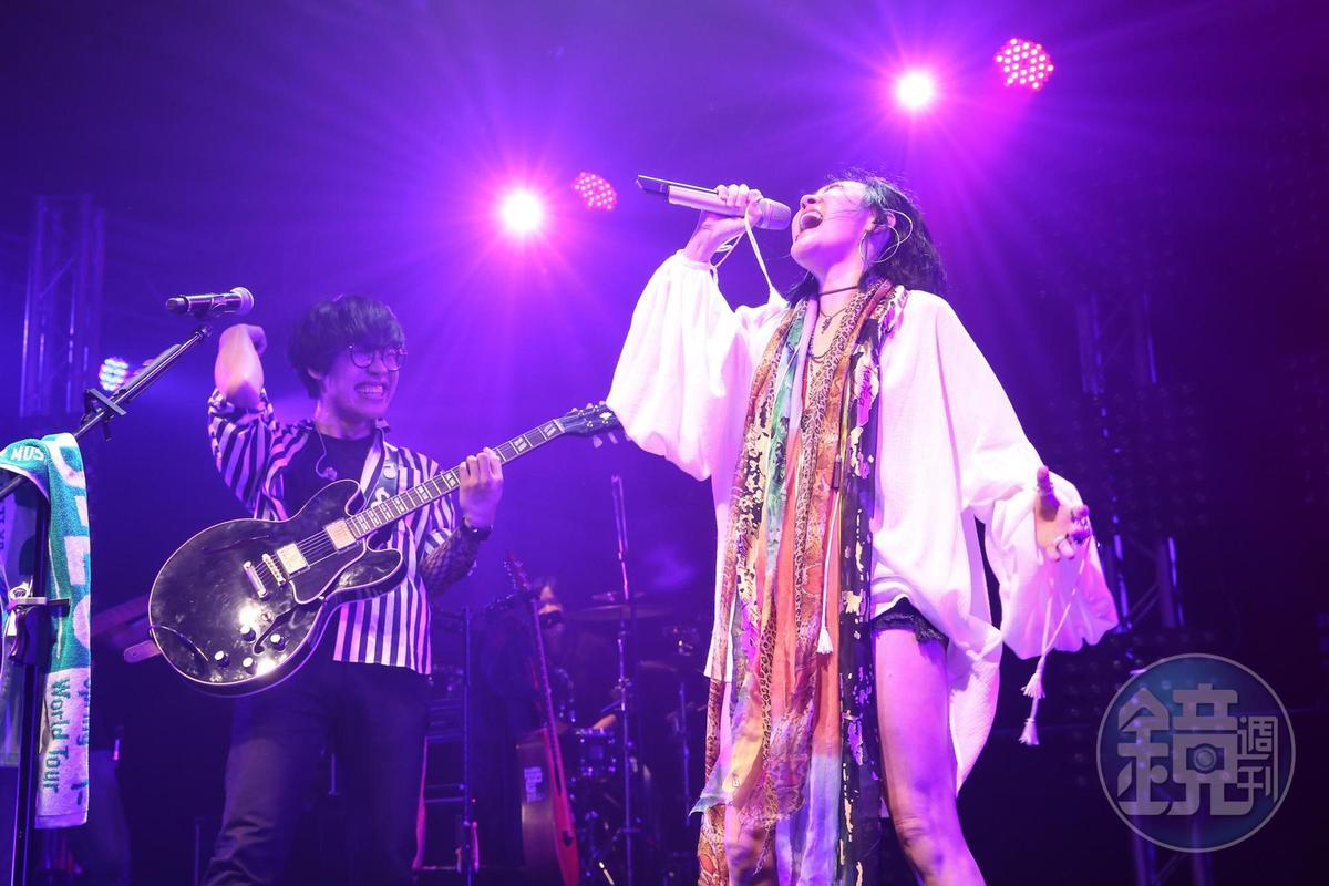 愛在台上展現歌藝的小S,的確很high。