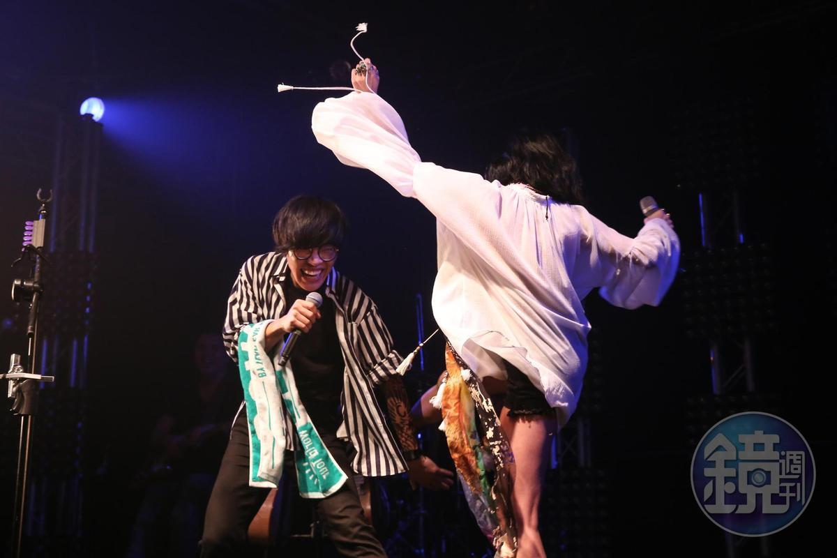 兩人在台上一來一往,互動有趣。