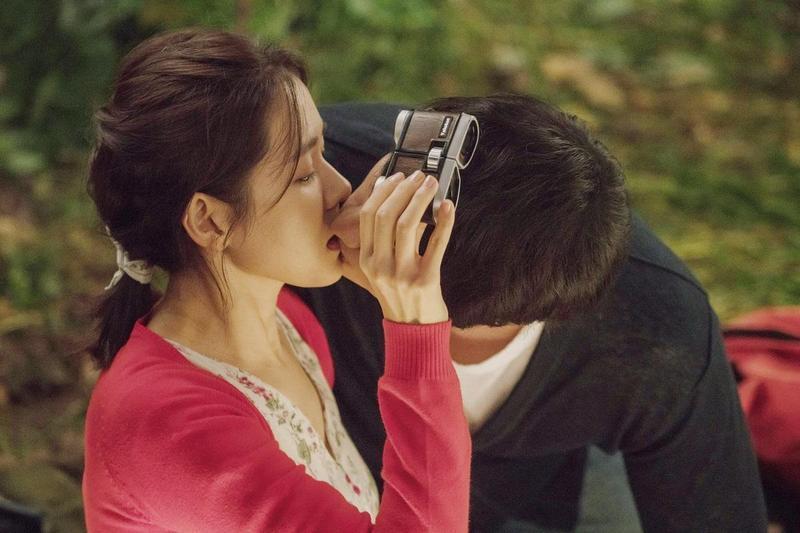 李章焄為《雨妳再次相遇》增添不少浪漫且有趣的橋段,蘇志燮(右)、孫藝真偷看汽車電影院的這場戲,連蘇志燮本人都覺得心動。(車庫娛樂提供)
