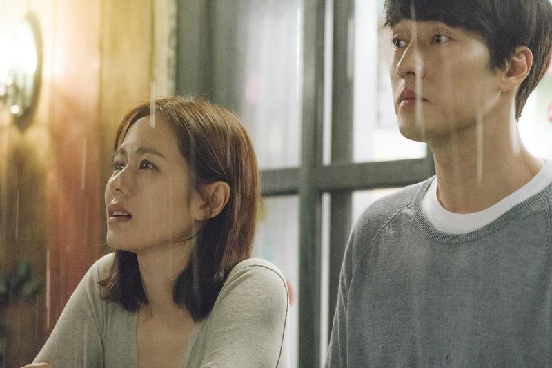 為了呈現蘇志燮(右)、孫藝真與眾不同的愛情,李章焄在片中設計了各種程度不一的雨景。(車庫娛樂提供)