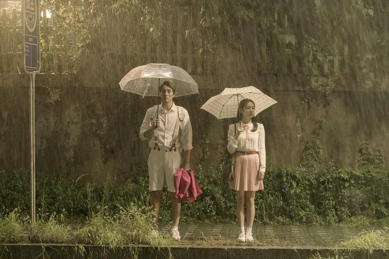 首部執導電影,李章焄就找來票房保證蘇志燮(左)與孫藝真主演,在競爭激烈的韓國電影圈並不多見。(車庫娛樂提供)